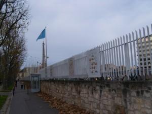 Panneaux d'information sur les grilles de l'UNESCO